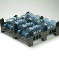 Muovinen, pinottava FIN standardin kokoinen kuormalava vesiautomaatin pulloille